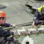 Работники Семилукского огнеупорного завода проводят ремонт сортировочного аппарата готовой продукции
