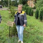 Сотрудники Семилукского огнеупорного завода следят за состоянием памятных елей в народном Парке Победы